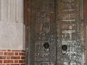 Gniezno miejsca for Drzwi z portalem